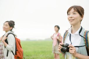 草原に立つ女性3人の写真素材 [FYI04039525]