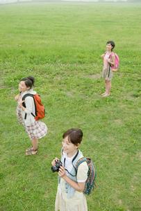草原に立つ女性3人の写真素材 [FYI04039527]