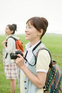 草原に立つ女性2人の写真素材 [FYI04039529]