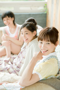 ソファに座り話す女性3人の写真素材 [FYI04039533]