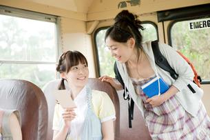 バスで話す女性の写真素材 [FYI04039538]