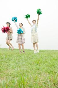 ポンポンを持ち応援する女性3人の写真素材 [FYI04039539]