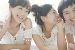 部屋で話す女性3人の写真素材 [FYI04039550]