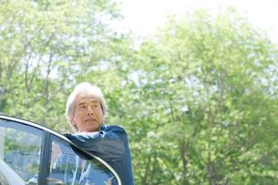 車に手をかける男性の写真素材 [FYI04039565]