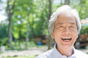 外で笑う男性の写真素材 [FYI04039569]