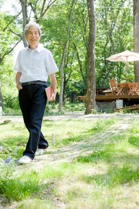 庭を歩く男性の写真素材 [FYI04039572]