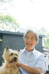 屋外の犬と男性の写真素材 [FYI04039573]
