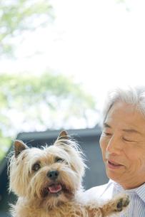 屋外の犬と男性の写真素材 [FYI04039574]