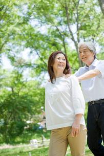庭を歩く夫婦の写真素材 [FYI04039592]