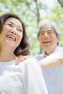 庭を歩く夫婦の写真素材 [FYI04039595]