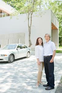 家の前で佇む夫婦の写真素材 [FYI04039596]