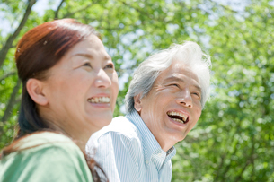 屋外の笑顔の夫婦の写真素材 [FYI04039602]