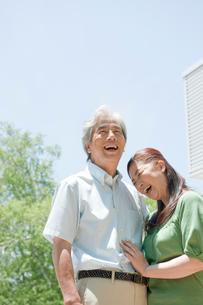 外で笑う夫婦の写真素材 [FYI04039604]