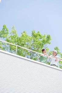 ベランダで話す夫婦の写真素材 [FYI04039614]