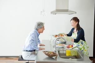 キッチンの夫婦の写真素材 [FYI04039631]