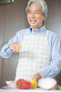 料理をする男性の写真素材 [FYI04039640]