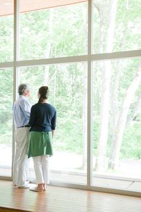 窓際に立つ夫婦の写真素材 [FYI04039645]