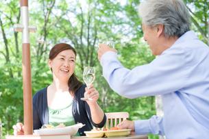 屋外で食事をする夫婦の写真素材 [FYI04039646]