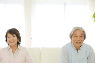 ソファに座る老夫婦の写真素材 [FYI04039657]