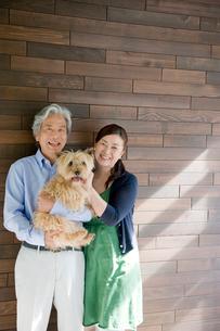 夫婦と犬のポートレートの写真素材 [FYI04039660]