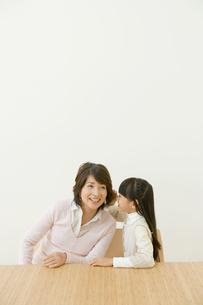 祖母と内緒話をする孫の写真素材 [FYI04039661]