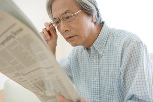 新聞を読むシニア男性男性の写真素材 [FYI04039665]