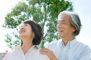 庭で空を見上げる老夫婦の写真素材 [FYI04039672]