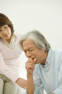 咳をする夫を気遣う妻の写真素材 [FYI04039679]
