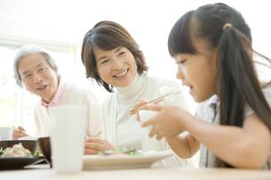 食事する祖父母と孫の写真素材 [FYI04039684]