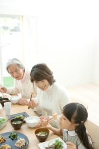 食事する祖父母と孫の写真素材 [FYI04039685]