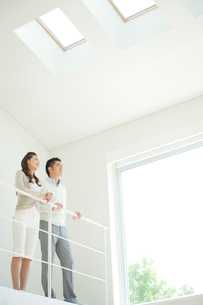 窓の外を見つめる夫婦の写真素材 [FYI04039708]