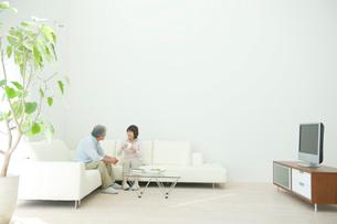 リビングで話す老夫婦の写真素材 [FYI04039726]