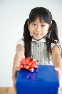 プレゼントを渡す女の子の写真素材 [FYI04039739]