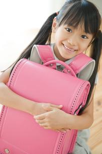 ランドセルを抱く女の子の写真素材 [FYI04039740]