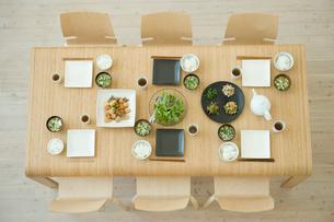 食事の用意がされたテーブルの写真素材 [FYI04039742]
