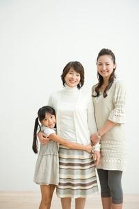 祖母と母と娘のポートレイトの写真素材 [FYI04039743]