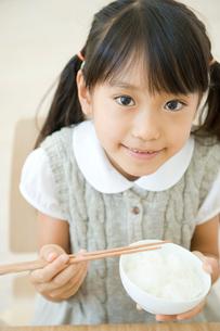 ご飯を食べる女の子の写真素材 [FYI04039745]