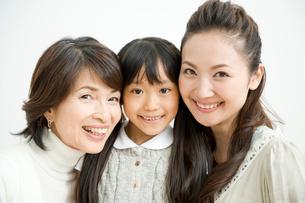 祖母と母と娘のポートレイトの写真素材 [FYI04039747]
