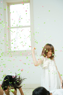 紙吹雪で遊ぶ子供達の写真素材 [FYI04039768]