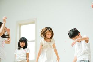 紙吹雪で遊ぶ子供達の写真素材 [FYI04039771]