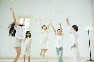 紙吹雪で遊ぶ3人の女の子と2人の男の子の写真素材 [FYI04039772]