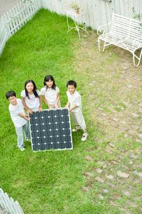 ソーラーパネルと2人の男の子と2人の女の子の写真素材 [FYI04039782]