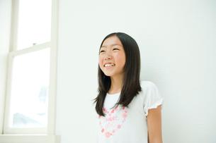 ハートマークのTシャツを着た女の子の写真素材 [FYI04039796]