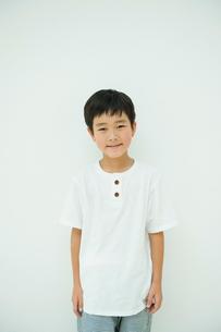 白いシャツを着た男の子の写真素材 [FYI04039798]