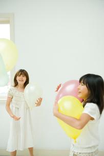 風船で遊ぶ2人の女の子の写真素材 [FYI04039805]