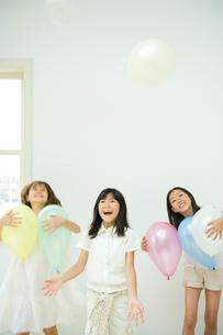 風船で遊ぶ3人の女の子の写真素材 [FYI04039808]