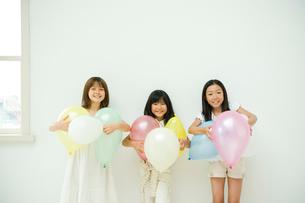 風船を持つ3人の女の子の写真素材 [FYI04039810]