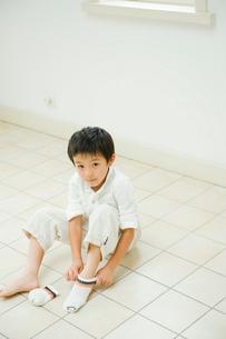 靴下を履く男の子の写真素材 [FYI04039817]