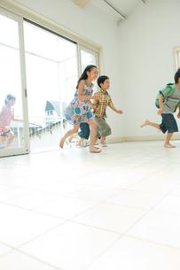 外から家の中に走る子供達の写真素材 [FYI04039835]