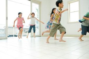 外から家の中に走る2人の男の子と3人の女の子の写真素材 [FYI04039838]